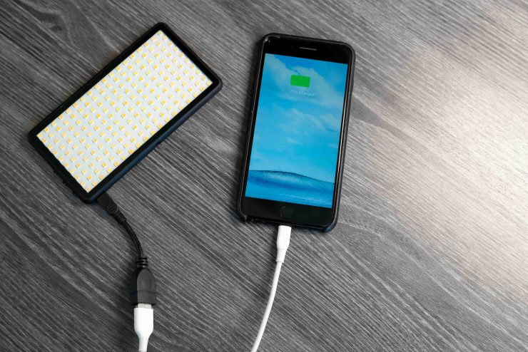 Lume-Cube-PANEL-iPhone-charge-740x494.jpg